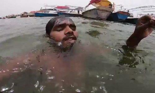 Những người kiếm sống bằng cách săn đồng xu dưới đáy sông Hằng