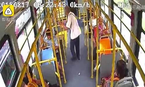 Tài xế xe buýt không mở cửa, cụ ông Trung Quốc nhảy qua cửa sổ
