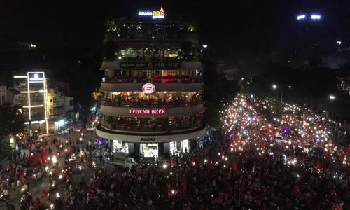 Người dân đổ ra đường ăn mừng chiến thắng lịch sử của U23 Việt Nam