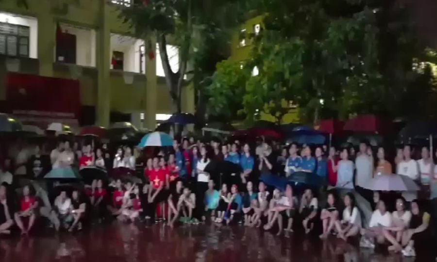 Sinh viên xem bóng đá tại KTX Đại học Sư phạm Hà Nội