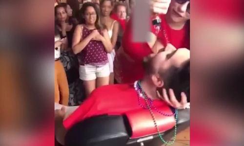 'Bị vỗ mông bất ngờ, nữ bồi bàn Mỹ tung đòn đáp trả' hài nhất tuần qua