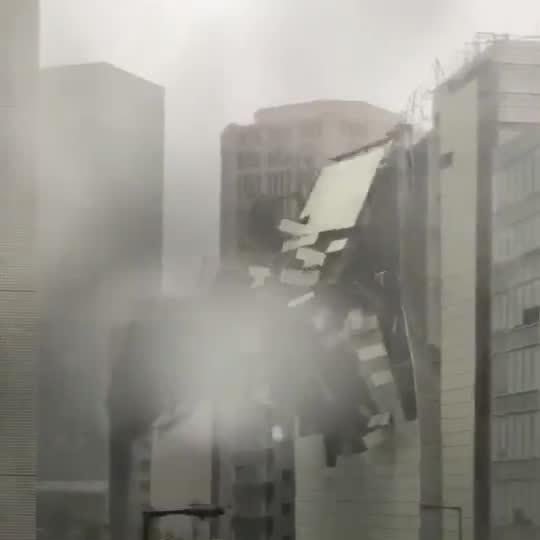 Bão Jebi phá hủy một tòa nhà ở Nhật Bản