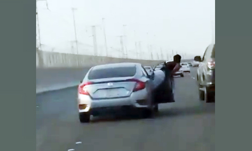 Nhoài người khỏi ôtô đang chạy để tấn công tài xế khác