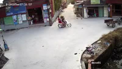 Xe máy chở 3 đâm sầm cô gái