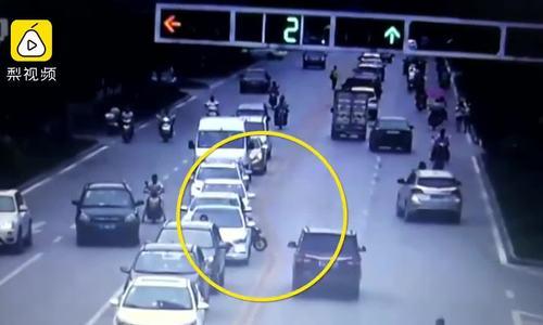 Cụ ông lái xe máy cắt ngang đường bị ôtô húc văng