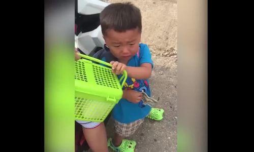Cậu bé bịn rịnvì không muốn xa mẹ khi đi học