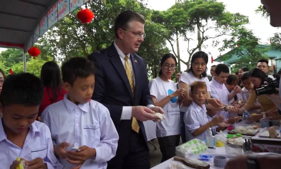 Đại sứ Mỹ múa lân, làm bánh trung thu với trẻ khuyết tật Hà Nội