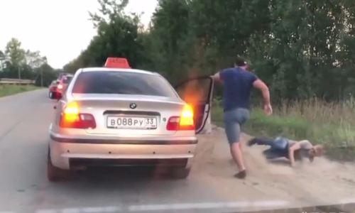 Nam thanh niên bị ném khỏi taxi vì xả rác