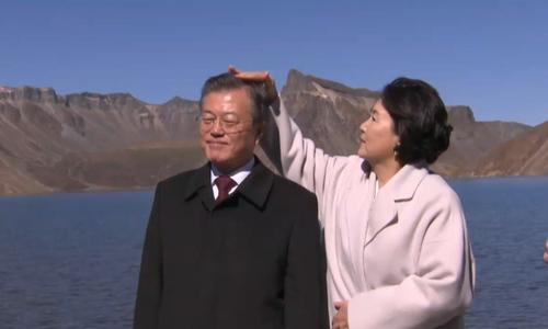 Những cử chỉ ngọt ngào của vợ chồng Tổng thống Hàn Quốc