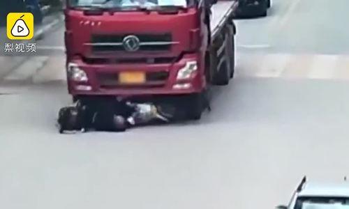 Xe máy cắt ngang đầu xe tải, hai bố con bị ủn trúng