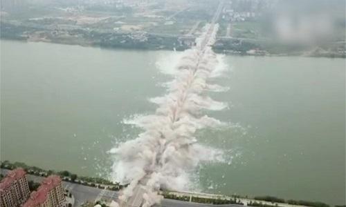 Cầu Trung Quốc dài 1.600 mét nổ thành tro bụi trong nháy mắt