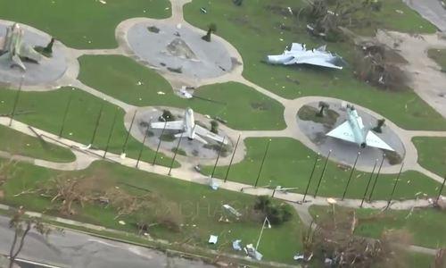 Máy bay lật úp, nằm la liệt tại căn cứ F-22 Mỹ bị bão Michael tàn phá