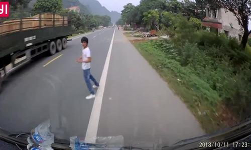 Người đi bộ qua đường giật lùi, tài xế ôtô tông trúng có lỗi?