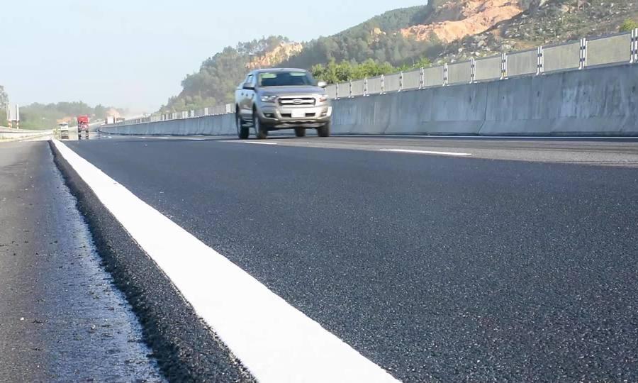 Bóc hơn 5000 m2 mặt đường cao tốc 34.000 tỷ đồng vá ổ gà