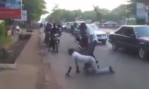 Chàng trai chạy thục mạng sau khi bò sang đường thành công