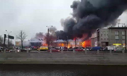 Cháy lớn ở trung tâm thương mại Nga, hơn 800 người sơ tán