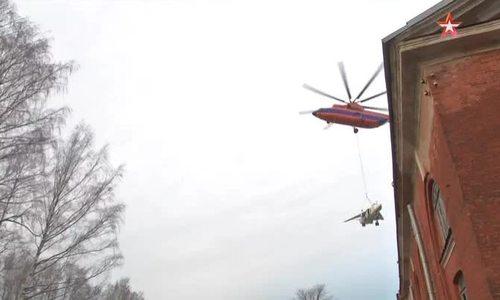 Trực thăng Nga nâng bổng chiến đấu cơ 22 bay quanh St. Petersburg