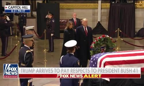 Trump và Melania đứng viếng trước linh cữu cố tổng thống Bush