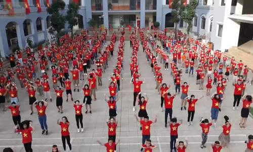 500-hoc-sinh-va-thay-co-nhay-flashmob-co-vu-doi-bong-1544095601_500x300.jpg