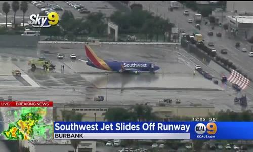 Máy bay Mỹ hạ cánh trong mưa lớn, lao khỏi đường băng