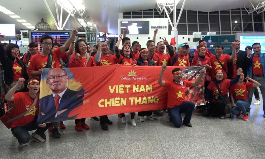 Hơn 600 người lên đường sang Malaysia cổ vũ đội tuyển Việt Nam