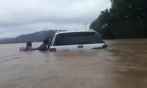 Ôtô kẹt trong dòng lũ ở Bình Định
