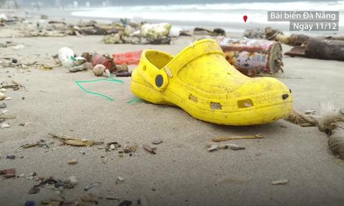Rác thải sinh hoạt ngập bãi biển Đà Nẵng sau mưa lớn