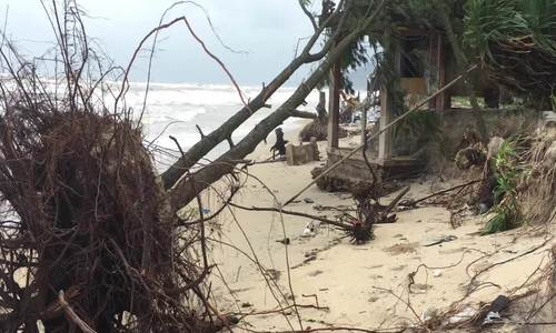 Bờ biển Thừa Thiên Huế tan hoang sau mưa lũ