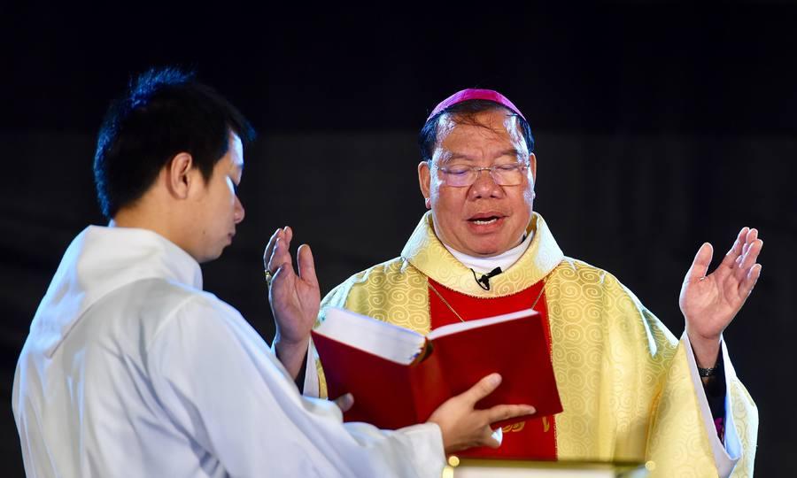 Đức Tổng giám mục đọc lời răn