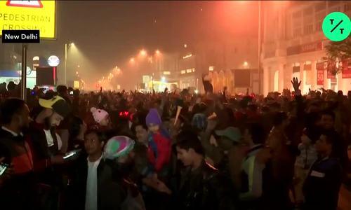 Người dân Ấn Độ nhảy múa mừng năm mới trên đường phố