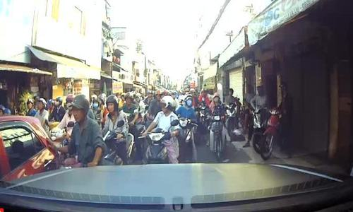 Tài xế ôtô 'chôn chân' trước trăm xe máy 'cướp đường' ở Sài Gòn