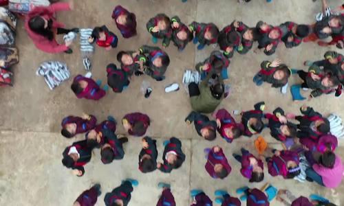 Niềm vui nhận áo ấm ngày rét đậm của học trò biên giới - ảnh 25