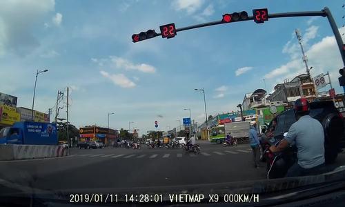 Thanh niên dằn mặt tài xế ôtô liên tục bóp còi khi chờ đèn đỏ - ảnh 1