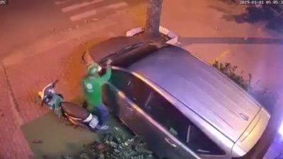 Tên trộm dùng vai bẻ gương ôtô ở Sài Gòn - ảnh 1