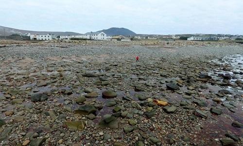 Bãi biển dài 300 m ở Ireland biến mất sau bão mạnh