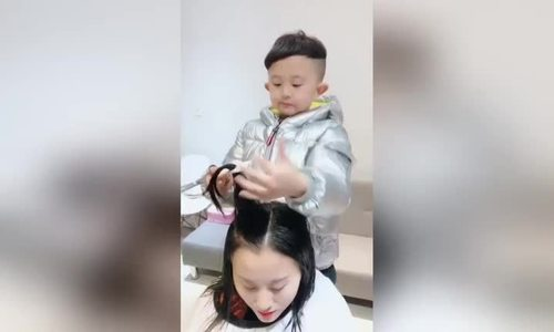 Cậu bé Trung Quốc 6 tuổi trổ tài cắt tóc lành nghề