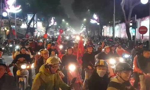 Cổ động viên Hà Nội xuống đường