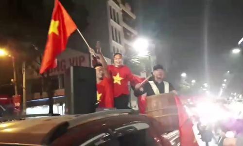 Video cổ động viên Hà Nội mang trống, bình nước xuống đường đánh