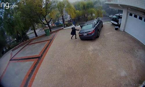 Nữ tài xế quên kéo phanh tay, xe sang Lexus lao xuống dốc