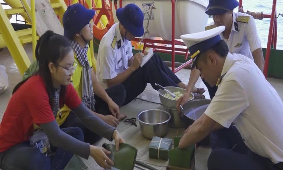 Lính nhà giàn gói bánh chưng chuẩn bị đón Tết