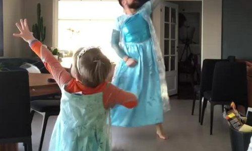 Ông bố mặc váy nhảy cùng con