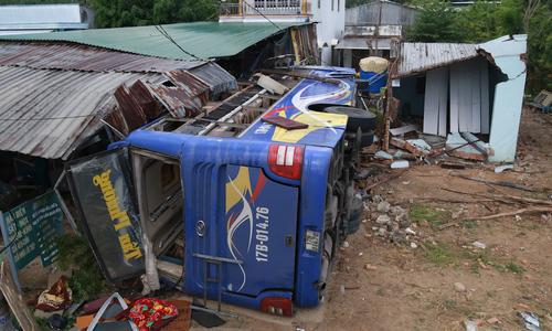 Ôtô giường nằm tông vào nhà dân, hơn 30 hành khách nhập viện