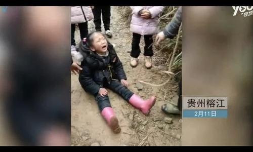 Em bé Trung Quốc khóc vì bố mẹ phải lên thành phố đi làm sau Tết