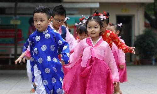 Học sinh trường Việt - Triều tập hát múa mong được đón Kim Jong-un