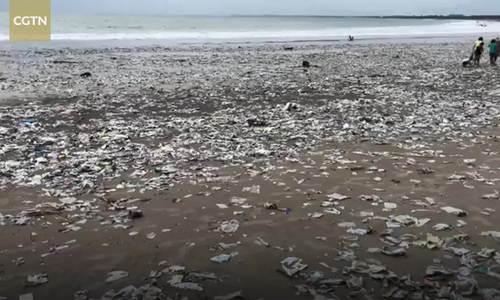 Rác thải nhựa phủ trắng bãi biển Indonesia sau trận mưa giông