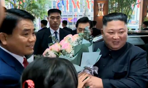 Chủ tịch Hà Nội tặng hòa chào đón ông Kim tại khách sạn Melia