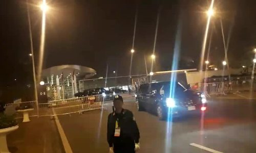 Đoàn xe ông Trump rời khỏi sân bay Nội Bài