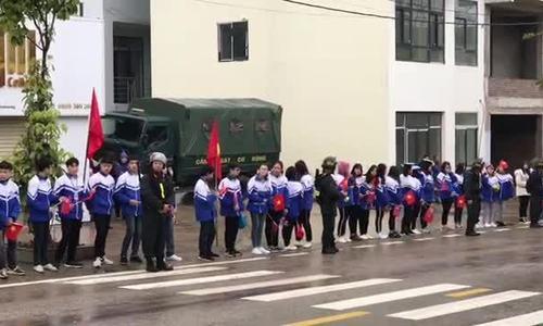 Học sinh Lạng Sơn đứng hai bên đường chào đón Kim Jong-un