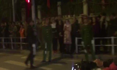 Người dân ra đường Võ Chí Công chờ đoàn xe của Tổng thống Mỹ