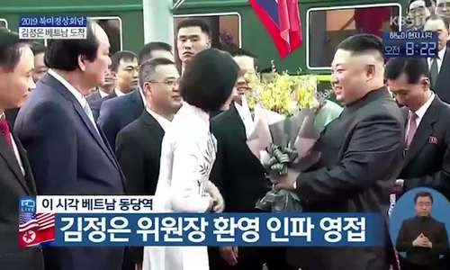 Nữ sinh tặng hoa cho ông Kim Jong-un